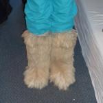 Fiffi oder totgeschossenes Plüschsofa? Egal, die Füße blieben warm.